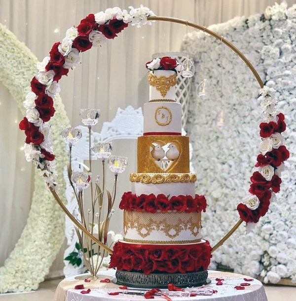 Round Red And White Flower Decorated Wedding Cake Stand Women