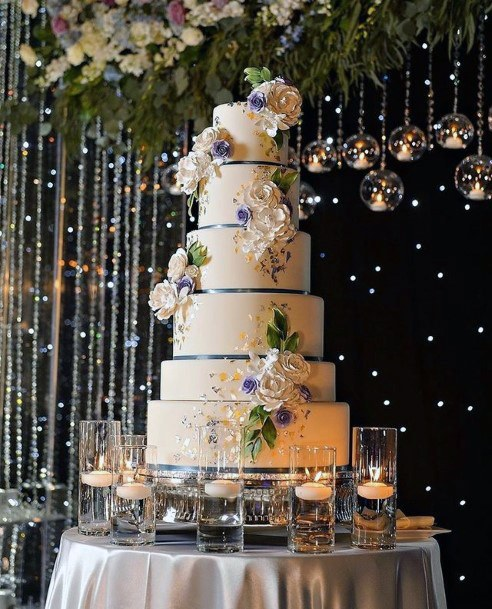 Womens Elegant And Magnificient Wedding Cake